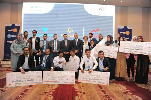 Queen Rania chairs discussion with INJAZ entrepreneurs, alumni